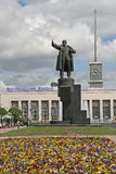ST 彼得斯堡,俄罗斯- 2008年6月22日:列宁雕象在Finlyandsky火车站前面的 库存照片