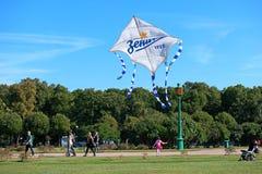 ST 彼得斯堡,俄罗斯- 2015年9月12日:发射风筝以纪念橄榄球俱乐部Zenit 库存照片