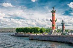 ST 彼得斯堡,俄罗斯- 2015年7月26日:在a的有船嘴装饰的专栏 库存照片