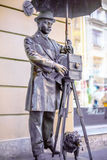 ST 彼得斯堡,俄罗斯- 2013年5月15日:对圣彼德堡摄影师的一座古铜色纪念碑 在圣皮特的马来半岛Sadovaya街 免版税库存图片