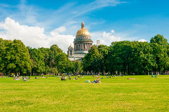 ST 彼得斯堡,俄罗斯- 2015年7月26日:放松在同水准的人们 免版税库存照片