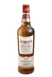ST 彼得斯堡,俄罗斯- 2015年12月05日:瓶杜瓦瓶` s白色标签,被混和的苏格兰威士忌酒,苏格兰 免版税库存图片
