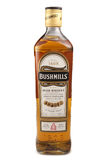 ST 彼得斯堡,俄罗斯- 2015年12月05日:瓶Bushmills原始的爱尔兰威士忌酒,爱尔兰 库存照片