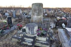 ST 彼得斯堡,俄罗斯- 2015年12月27日:纪念碑的照片在语言学家Knorozov坟墓的  库存照片