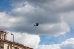 ST 彼得斯堡,俄罗斯- 5月09 :参与的游行,俄罗斯-飞行军事航空机械士2017年5月09日 库存照片