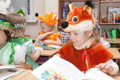 ST 彼得斯堡,俄罗斯- 12月28 :欢乐地加工好的孩子参与幼儿园,俄罗斯- 2016年12月28日 库存照片
