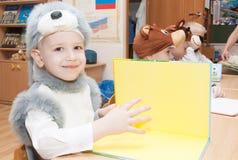 ST 彼得斯堡,俄罗斯- 12月28 :欢乐地加工好的孩子参与幼儿园,俄罗斯- 2016年12月28日 免版税库存照片