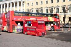 ST 彼得斯堡,俄罗斯- 3月05 :游览公共汽车等待乘客在中止,俄罗斯- 2017年3月05日 免版税图库摄影