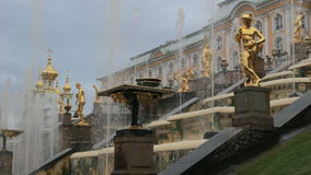 ST 彼得斯堡,俄罗斯- 9月15,2016 :盛大小瀑布喷泉和盛大宫殿 股票录像