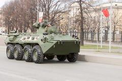 ST 彼得斯堡,俄罗斯- 5月09 :通过军用设备在城市街道上的游行以后,俄罗斯- 2017年5月09日 在俄罗斯 免版税库存图片