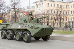 ST 彼得斯堡,俄罗斯- 5月09 :通过军用设备在城市街道上的游行以后,俄罗斯- 2017年5月09日 在俄罗斯 图库摄影