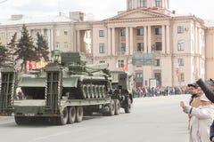 ST 彼得斯堡,俄罗斯- 5月09 :通过军用设备在城市街道上的游行以后,俄罗斯- 2017年5月09日 在俄罗斯 免版税图库摄影