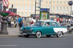 ST 彼得斯堡, RUSSIA-JULY 04 :出租汽车的古老汽车花费  免版税库存图片