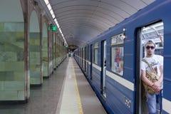 ST 彼得斯堡, RUSSIA-JULY 04 :在地铁车站的火车, 库存图片