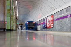 ST 彼得斯堡, RUSSIA-JULY 04 :在地铁车站的火车, 免版税库存图片