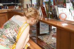 ST 彼得斯堡, RUSSIA-JULY 04 :女孩考虑在Ru的品牌 库存照片