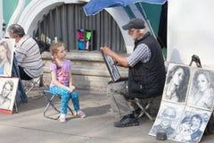ST 彼得斯堡, RUSSIA-JULY 04 :边路艺术家画画象 免版税库存照片