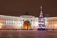 ST 彼得斯堡- 12月21 :总参谋部圣诞树和大厦宫殿正方形的, 2010年12月21日,在镇里 免版税库存图片