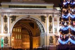 ST 彼得斯堡- 12月21 :总参谋部圣诞树和大厦宫殿正方形的, 2010年12月21日,在镇里 库存照片