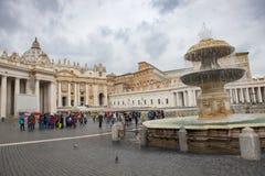 ST 彼得梵蒂冈罗马意大利- 11月8日:采取phot的游人 库存图片