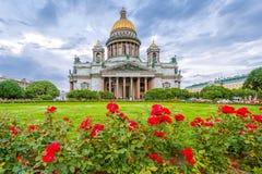 St以撒多云天气的` s大教堂与花 免版税图库摄影
