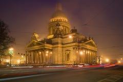 St以撒有薄雾的夜的都市风景的` s大教堂 3月在圣彼得堡 免版税库存照片