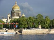 St以撒的大教堂和古铜色御马者内娃的海军部堤防的 圣彼德堡 俄国 库存照片