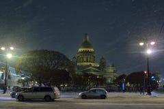 St以撒的大教堂雪夜 免版税库存图片
