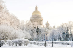St以撒` s大教堂在圣彼德堡冬天冷淡的早晨 免版税库存照片