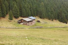 ST 马格达莱纳,意大利- 2015年9月16日:从一个避难所的农村场面有在一个山牧场地中的光致电压的盘区的在Val di F 库存照片