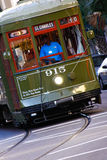 汽车查尔斯有历史的新奥尔良st街道 库存图片
