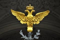 双老鹰朝向宫殿彼得斯堡st冬天 免版税库存图片