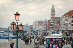 游人临近地方St标记在威尼斯摆正 免版税库存图片