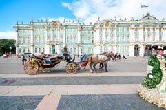 ST ПЕТЕРБУРГ, РОССИЯ - 26-ОЕ ИЮЛЯ 2015: Туристы в экипаже на Стоковые Изображения