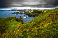 St Abbs de village à la côte atlantique spectaculaire de la tête de St Abbs en Ecosse photos stock