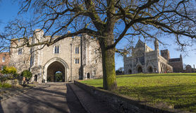 St Albans Abbey Gateway e catedral de St Albans imagem de stock royalty free