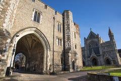 St Albans Abbey Gateway y catedral Imagenes de archivo
