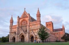 St Albans abdij in de het plaatsen zon stock fotografie