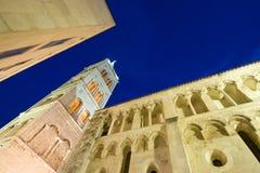 St.Anastasia kerk in Zadar bij schemer Stock Foto's