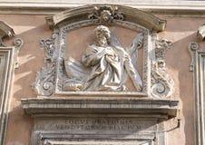 St Andrew über dem Eingang zu Sant-` Andrea-dei Pescivendoli Stockbild