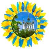 St Andrew Kerk met bloemblaadjes in kleuren van Oekraïense fla wordt ontworpen die Stock Afbeeldingen