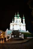 St Andrew Kirche in Kyiv, Ukraine in der Nachtzeit Stockfotos