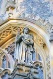 St. Andrew Statuette an einer Kirche Lizenzfreies Stockfoto