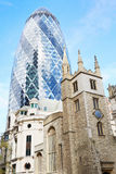 St Andrew Undershaft Church con 30 St Mary Axe en Londres Imagen de archivo libre de regalías