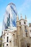 St Andrew Undershaft Church met 30 St Mary Axe in Londen Royalty-vrije Stock Afbeelding