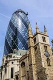St-Andrew Undershaft Church och 30 St Mary Axe i London Royaltyfri Foto