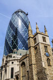 St.-Andrew Undershaft Church und 30 St. Mary Axe in London Lizenzfreies Stockfoto
