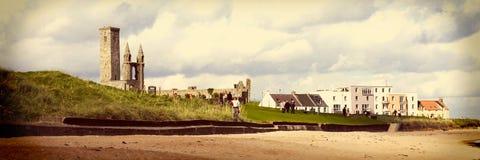 St Andrews Abbey och universitet, kustNordsjön, Skottland Arkivfoto