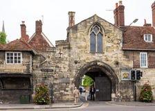 St Ann Gate ao fim da catedral de Salisbúria Salisbúria, Wilshire, E Fotos de Stock Royalty Free