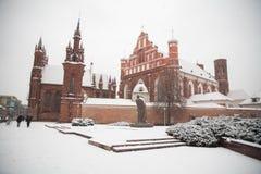 St Anne ` s och Bernadine ` s kyrktar i Vilnius Litauen härlig arkitektur av baltiska stater i vinter under julholid Royaltyfria Bilder